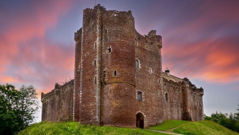 Imagen del castillo de Doune al atardecer