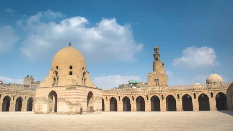 Imagen del patio interno de la Mezquita de Ibn Tulun