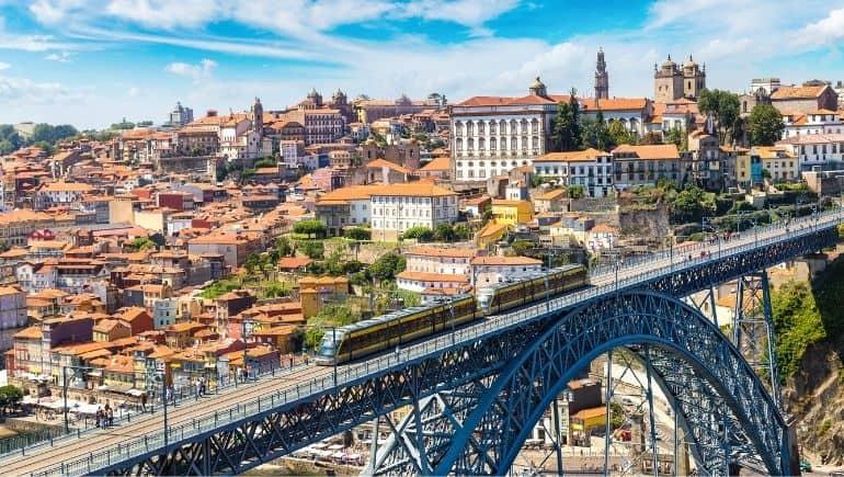 El metro de Oporto sobre el rio Duero