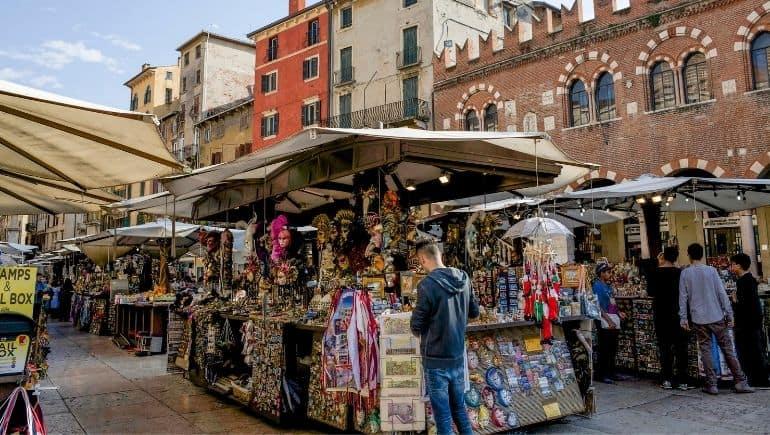 Ahorrar dinero en un mercado callejero